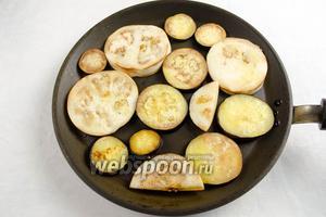 Солёные куски баклажанов отжать, вымыть под проточной водой, обсушить бумажным полотенцем.  На разогретой сковороде в оливковом (можно подсолнечном) масле слегка поджарить дольки баклажанов с двух сторон.