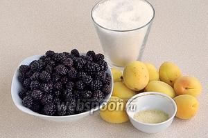 Для приготовления мармелада нужно взять спелые ягоды ежевики, зрелые плоды абрикоса, сахар и желатин.