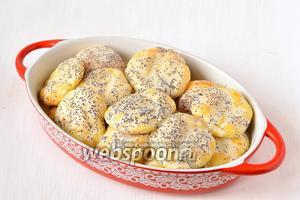 Залить сырники сметанно-маковой заливкой.