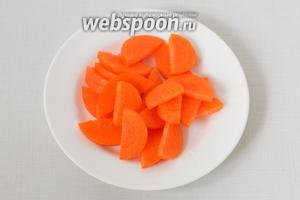 Нарезаем морковь кружочками или соломкой, можно натереть на крупной тёрке.