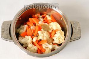 Подготовленные морковь, капусту и чеснок складываем в кастрюлю, добавляем перец горошком, кориандр, лавровый лист.