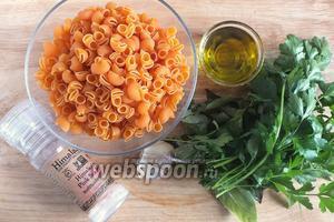 Подготовьте необходимые ингредиенты: макаронные изделия, оливковое масло, базилик, петрушку, тимьян (можно и сухой), небольшие зубчики чеснока, соль.