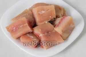 Филе рыбы режем на кусочки.