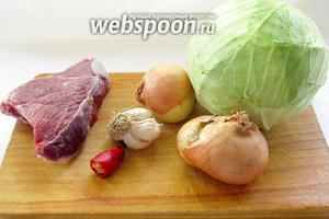 Тем временем готовим начинку. Для начинки нам понадобятся: капуста, мясо, лук, чеснок, перец, соль. Я использовала ещё и острый стручковый перец, но это по желанию.