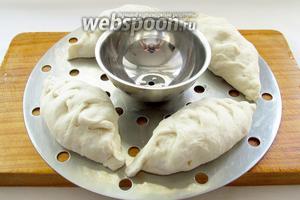 Пянсе выложить на смазанный маслом лист мантышницы, учитывая, что они сильно увеличиваются при варке. Вскипятить воду, поставить ярусы мантышницы в казан и варить на пару 45 минут.