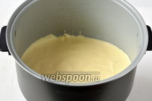 Выложить массу в слегка смазанную подсолнечным маслом чашу мультиварки (у меня мультиварка Polaris).
