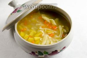 Готовый суп перелить в кастрюлю. Подавать к обеду.