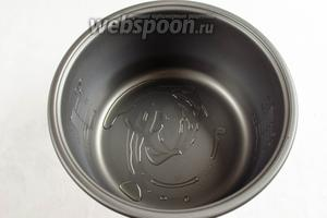 На дно чаши мультиварки (у меня мультиварка Panasonic) налить 1 ст. л. оливкового масла.