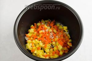 Засыпать в чашу мультиварки подготовленные овощи. Поставить чашу в мультиварку. Закрыть крышку. Включить режим приготовления «Выпечка». Установить время 30 минут. Включить «Старт».