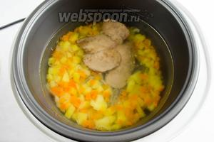 К овощам добавить обжаренную печень кролика. Закрыть крышку. Включить режим приготовления «Выпечка». Установить время 15 минут. Включить «Старт».