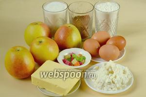Для приготовления пирога нам понадобятся следующие ингредиенты: мука, сахар, яйца куриные, сливочное масло, какао, яблоки, творог, цукаты, сода или разрыхлитель.
