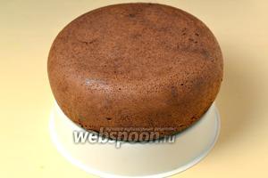 Извлекаем готовый пирог с помощью вкладки для варки на пару, остужаем.