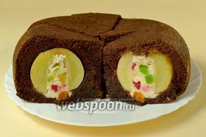 Разрезаем пирог так, чтобы линии разреза прошли через середину яблок. Подаём к чаю или кофе.