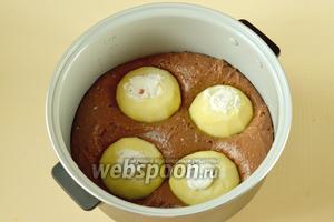 Утапливаем яблоки в тесте, равномерно распределив их, чтобы условно получился квадрат. Выпекаем пирог в режиме «Выпечка» в течение 1,5 часов.