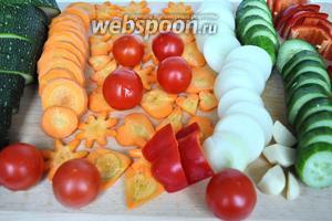 Овощи вымыть и нарезать кружками толщиной 5 мм. Морковку можно резать фигурно по желанию.