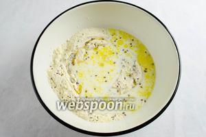 Молоко немного подогреть и влить к сухой смеси с маслом. Перемешать и замесить тесто.
