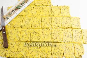 Раскатать готовое тесто толщиной 5 мм. Разрезать на ровные части размером 4 × 6 см.