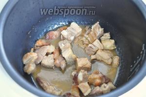 Так же на топлёном масле обжарить порезанную на кусочки говяжью шею. Когда она подрумянится, добавить порезанную, отваренную заранее, свиную грудинку. После обжарки влить вино. Жарить пока спирт не выпарится. Убрать мясо из мультиварки.