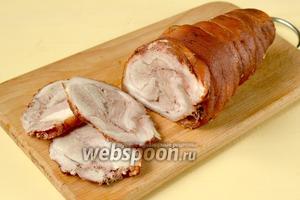 Охлаждённый рулет нарезать и использовать для холодных закусок и бутербродов.