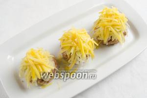 Третьим слоем выложить тёртый сыр.