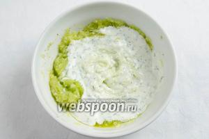 В огуречную смесь по частям добавлять йогурт с зеленью, тщательно взбивая викой или ложкой.