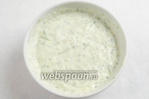 Соус готов. Попробовать на количество соли и перца. Отрегулировать по вкусу. Поставить в холодильник, чтобы соус настоялся на 2 часа. Готовый соус подавать к овощам, тостам, мясу или к жареной рыбе.