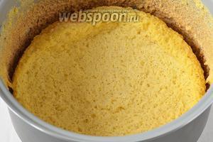 Залить  горячий бисквит сверху молоком и поставить ещё на 10-12 минут в мультиварку, включив режим «Выпечка». Охладить в чаше мультиварки.