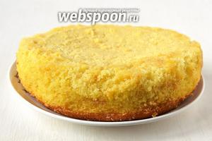 Осторожно вынуть бисквит. Обратите внимание, что он выходит очень сочным и нежным и может поломаться при вытаскивании.  Манно-молочный бисквит готов.