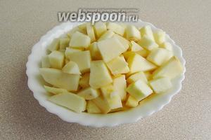 Яблоки вымыть, обсушить, очистить от кожицы и семян и мелко нарезать.