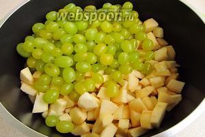 Подготовленные яблоки и виноград поместить в варочную ёмкость и влить воду.
