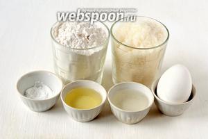 Для приготовления ванильного бисквита на кипятке нам понадобится пшеничная мука, сахар,яйца куриные, разрыхлитель, подсолнечное масло, 3 столовых ложки кипятка, ванильный сахар.