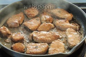 На очень горячем оливковом масле обжарим куски мяса по 1 минуте с каждой стороны. Косуля уже готова, когда выделяется прозрачная кровяная капля. Сразу убираем мясо со сковороды на тёплую тарелку, мясо само дойдёт.
