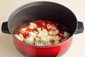В полученный соус выложить бланшированную капусту.