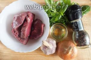 Для начала подготовьте ингредиенты для начинки: мякоть говядины, репчатый лук, чеснок, свежий базилик, соль, смесь перцев и растительное масло для жарки.