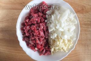 Мелко нарубите мясо, нарежьте кусочками луковицу, нарубите чеснок. Мясо можно пропустить через мясорубку, но если у вас есть хороший нож, нарубите его мелкими кусочками, как на манты, так начинка получается сочнее.