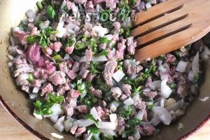 На разогретом растительном масле, на среднем огне обжарьте лук, чеснок и мясо в течение 10 минут. Добавьте соль, перец, нарубленный базилик и жарьте ещё пару минут, помешивая.