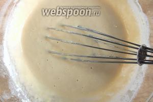 Смешайте венчиком вторую половину молока, яйца, соль, сахар и муку в однородное густоватое тесто.