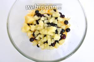 Кольца ананаса резать на маленькие кусочки. Салатная смесь готова.