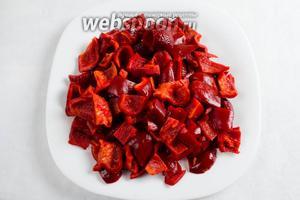 Плоды сладкого перца очистить от внутренней мякоти с семенами и разрезать крупно на части.