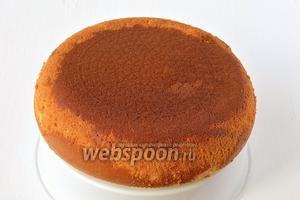 Вынуть бисквит с помощью чаши для варки на пару.  Бисквит со сгущенным молоком готов.