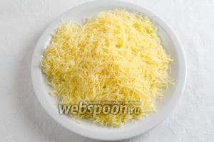 Сыр натереть на тёрке. Нарубить зелень.