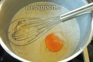 Вбиваем яйца. На среднем огне подогреваем, постоянно помешивая, чтобы не пригорело.