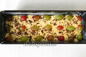 Заливаем остальным тестом, выкладываем ягоды винограда и крошим шоколад сверху.