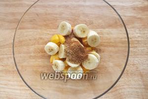 Очистите фрукты, нарежьте ломтиками, добавьте сахар, ваниль, корицу.