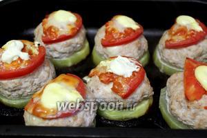 Когда сыр расплавится и помидоры запекутся, блюдо готово. Подавать в горячем виде.