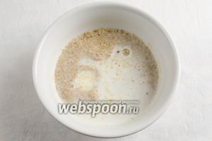 Молотые сухари залить тёплым молоком.