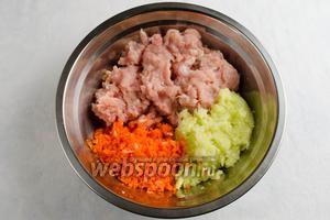 Морковь, кабачок и лук вымыть, почистить, нарезать на куски и измельчить в блендере. Добавить к готовому фаршу измельчённые овощи. Перемешать.