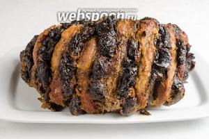 Готовую свинину с черносливом вынуть из духовки. Нарезать на ломтики. Подавать с зеленью и овощами на обед в горячем или холодном виде.
