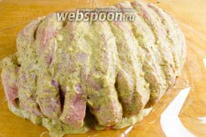Обильно смазать мясо свинины подготовленным соусом, чтобы наше мясо получилось очень ароматным и вкусным.