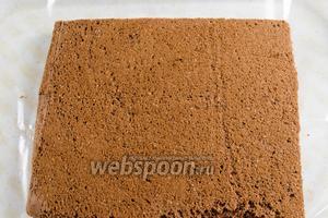 Начнём собирать торт. На поднос или подходящую разделочную доску постелить пищевую плёнку и выложить первый целый корж.